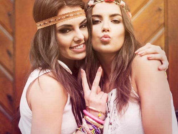 Retrato de duas lindas garotas de verão