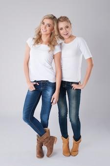 Retrato de duas lindas garotas loiras