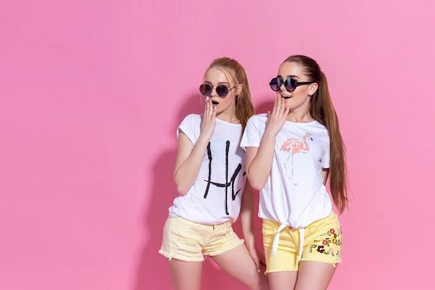 Retrato de duas lindas meninas de irmã de duas melhores amigas, posando e se divertindo juntos.