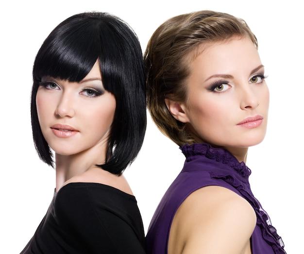 Retrato de duas lindas namoradas sensuais juntas no espaço em branco