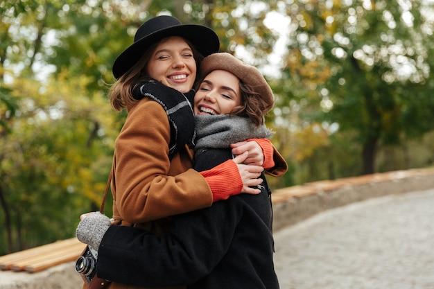 Retrato de duas meninas adoráveis, vestidas com roupas de outono