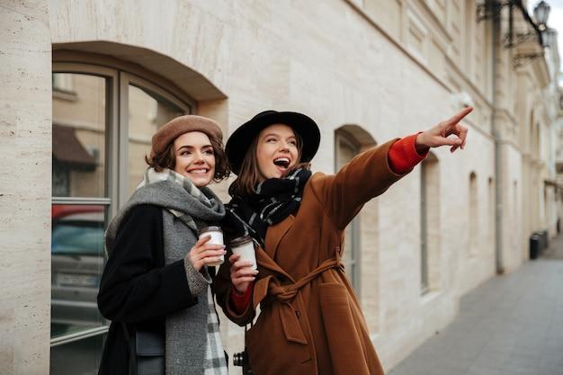 Retrato de duas meninas atraentes, vestidas com roupas de outono
