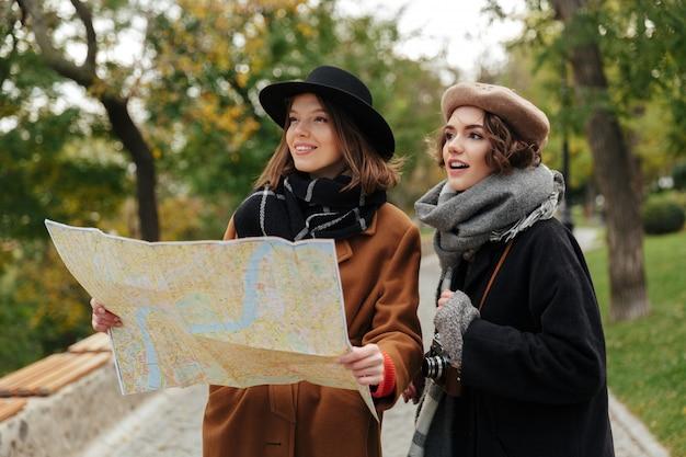 Retrato de duas meninas bonitas, vestidas com roupas de outono