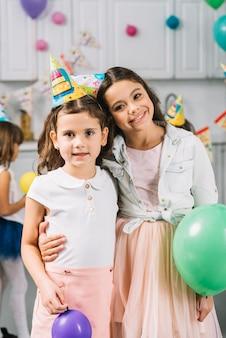 Retrato, de, duas meninas, ficar, junto, com, balões coloridos