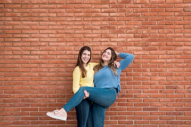 Retrato, de, duas meninas, frente, um, parede