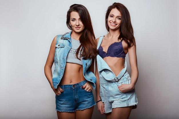 Retrato de duas morenas bonitos felizes lindas