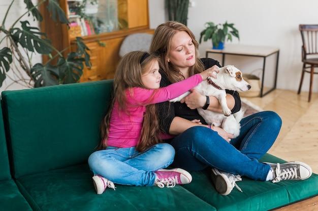 Retrato de duas pessoas amáveis, mãe e filho se abraçando, passarem o tempo juntos, sentados em um sofá confortável