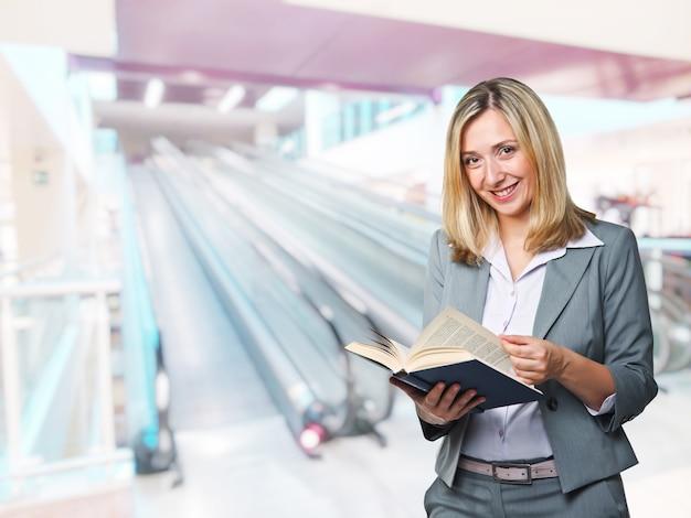 Retrato de empresária sorridente com um livro na mão