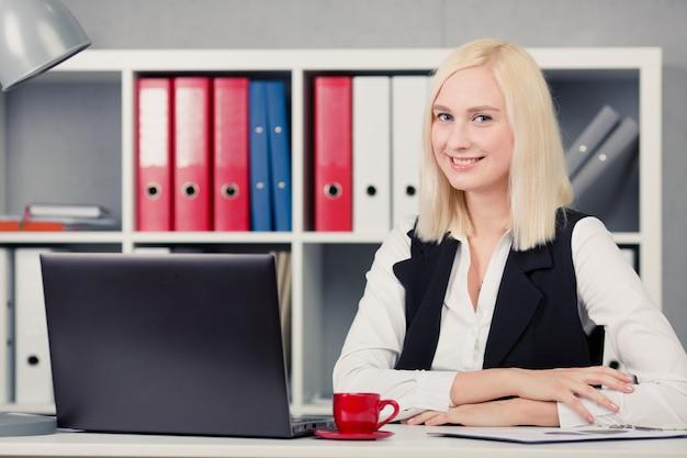 Retrato de empresária sorridente no escritório