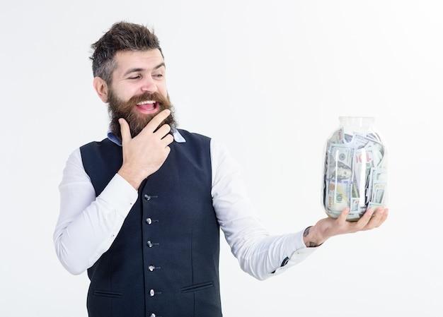 Retrato de empresário animado segura jarra com banco de dinheiro, publicidade, economizando dinheiro, banco de conceito