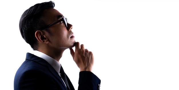 Retrato de empresário asiático com os braços cruzados com confiança