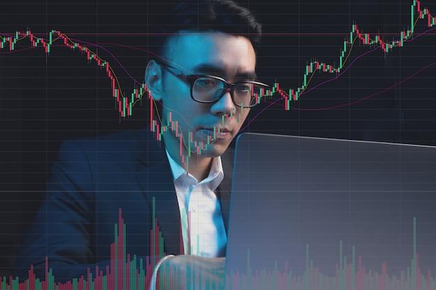 Retrato de empresário asiático estudando o mercado de ações