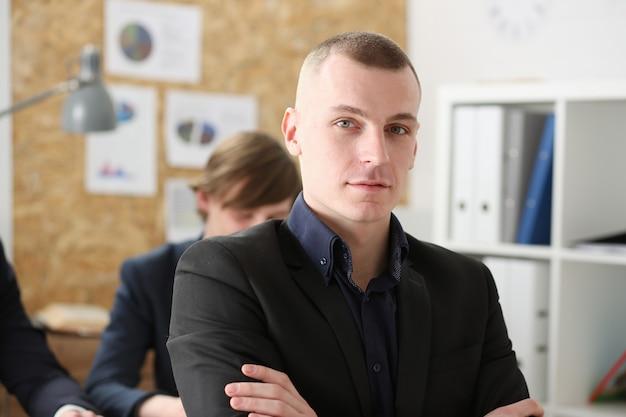 Retrato de empresário bonito no local de trabalho