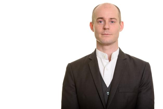 Retrato de empresário caucasiano careca e confiante olhando para a câmera