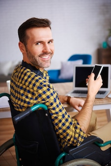 Retrato de empresário com deficiência no escritório