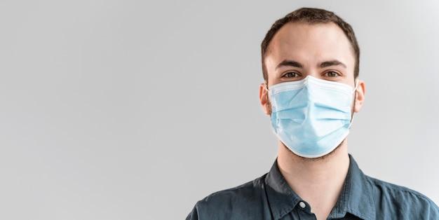 Retrato de empresário com máscara