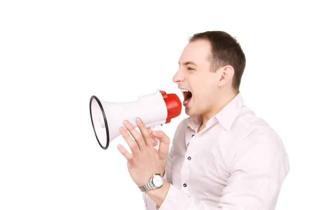 Retrato de empresário com megafone sobre parede branca