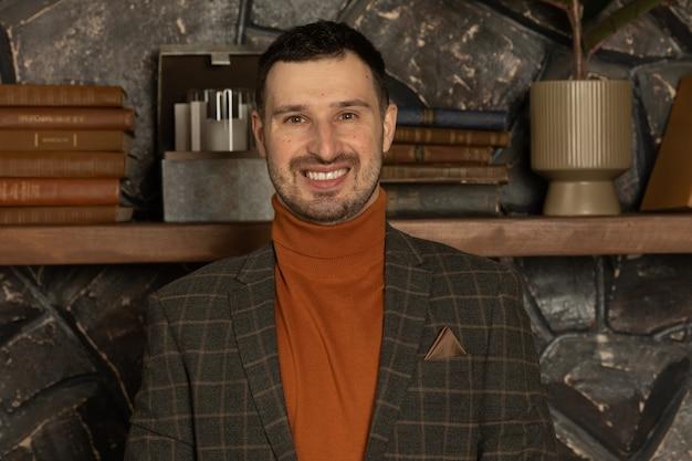 Retrato de empresário confiante e sorridente bonito