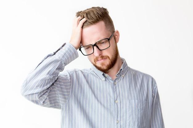 Retrato de empresário desagradado riscando a cabeça