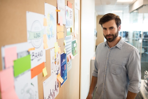 Retrato de empresário em pé de softboard