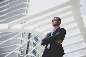 Retrato de empresário feliz de pé na frente do centro de negócios.