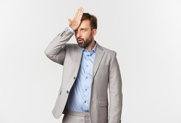Retrato de empresário irritado em terno cinza
