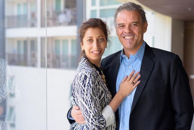 Retrato de empresário maduro e linda mulher de negócios juntos