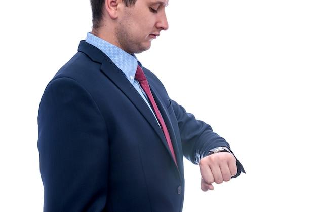 Retrato de empresário olhando para o relógio isolado no branco