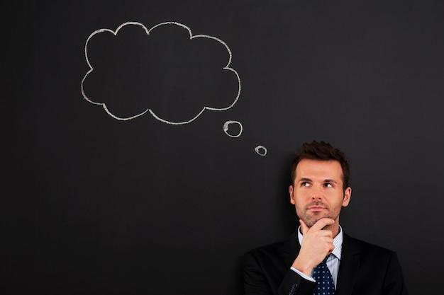 Retrato de empresário pensativo e atencioso