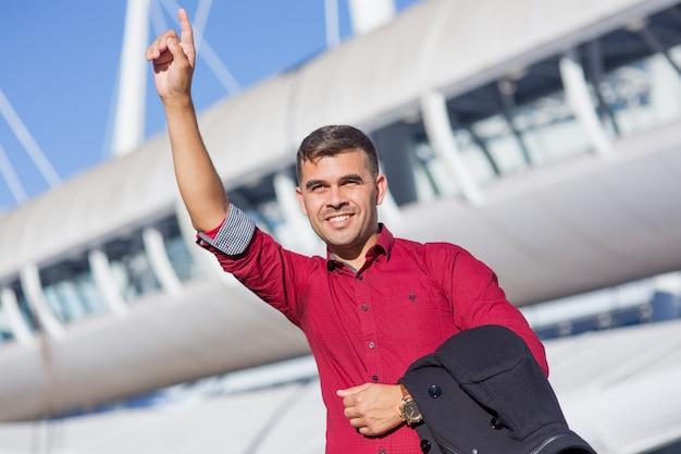 Retrato de empresário positivo que aclamava o táxi