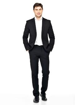 Retrato de empresário sorridente em terno preto posando casual