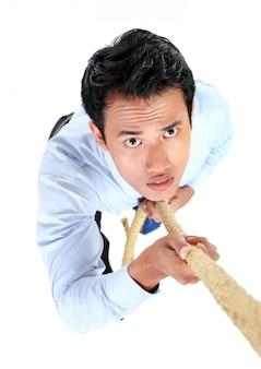 Retrato de empresário subir usando corda