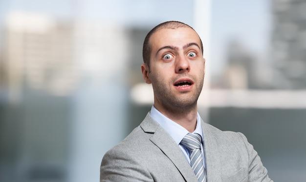 Retrato de empresário surpreso