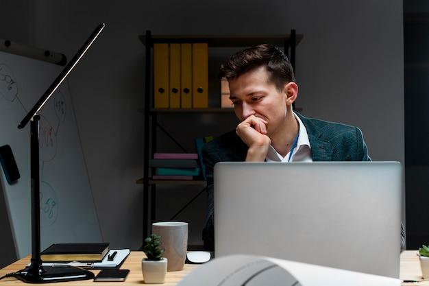 Retrato de empresário trabalhando à noite