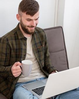 Retrato de empresário trabalhando em casa