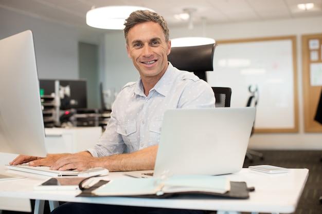 Retrato de empresário trabalhando no computador no escritório