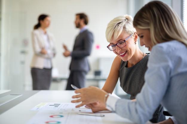 Retrato de empresários, arquitetos discutindo no escritório