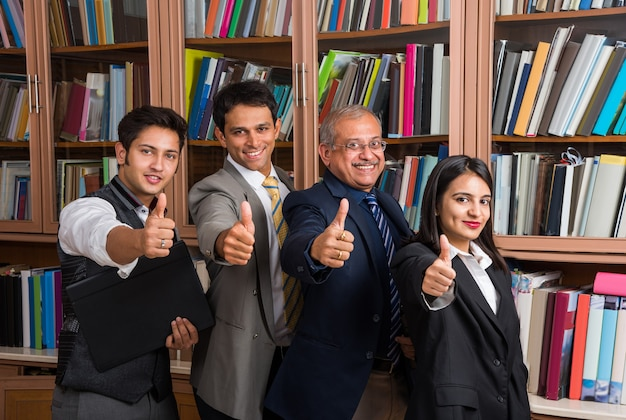 Retrato de empresários indianos trabalhando no escritório ou cultura corporativa ou escritório de advocacia e conceito de trabalho em equipe