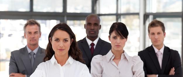 Retrato de empresários multi-étnicos olhando para a câmera
