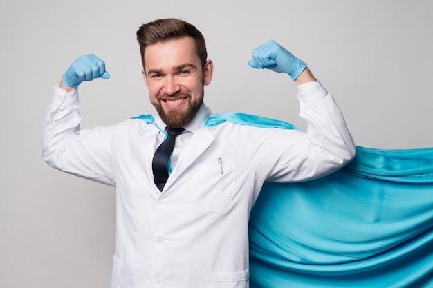 Retrato de enfermeira usando capa de herói