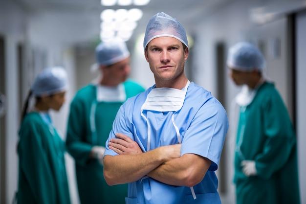 Retrato de enfermeiro em pé no corredor