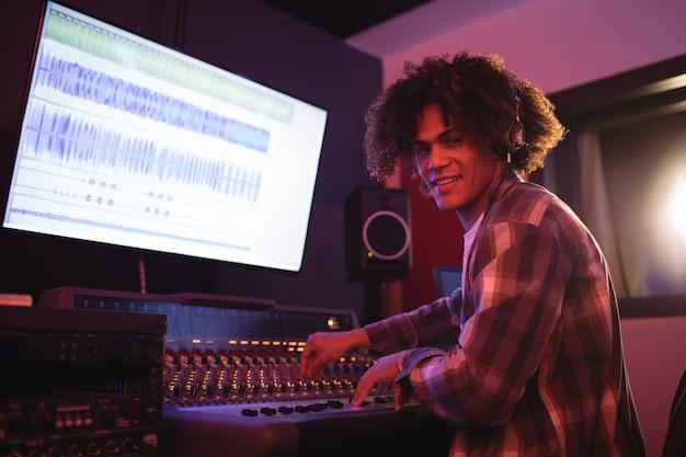 Retrato de engenheiro de áudio usando mixer de som
