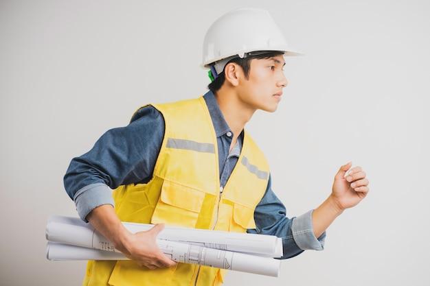 Retrato de engenheiro de construção asiático segurando o desenho em execução