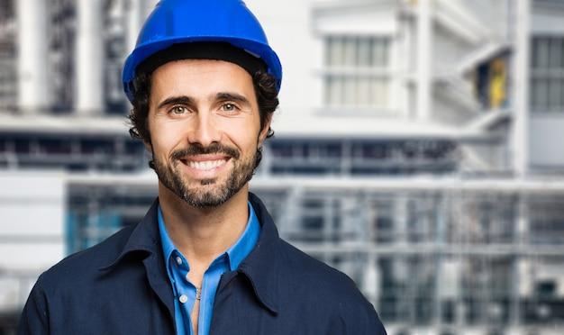 Retrato de engenheiro em uma planta de site