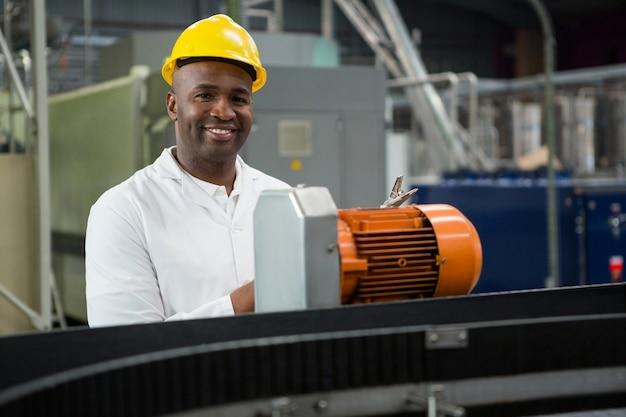 Retrato de engenheiro inspecionando máquinas