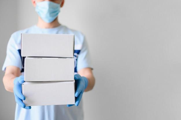 Retrato de entregador entregando produtos encomendados