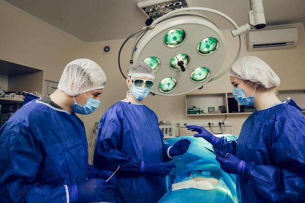Retrato de equipe de cirurgiões trabalhando