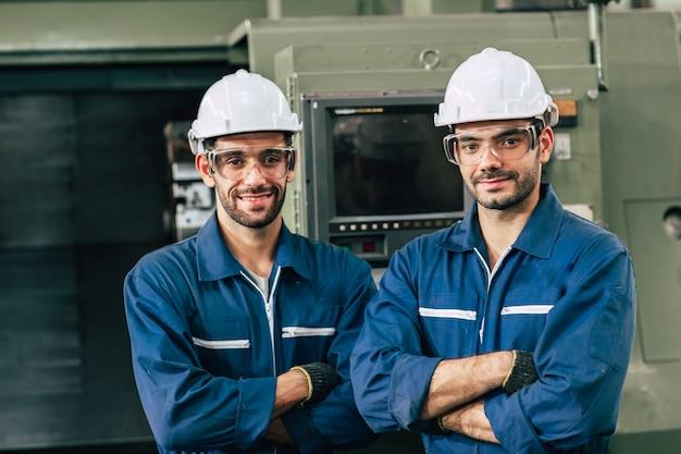 Retrato de equipe de engenharia sorrir em homens de fábrica de indústria pesada trabalhando juntos