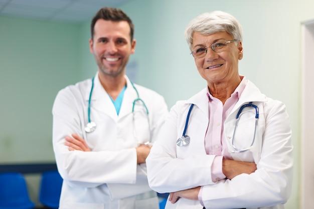Retrato de equipe médica em hospital