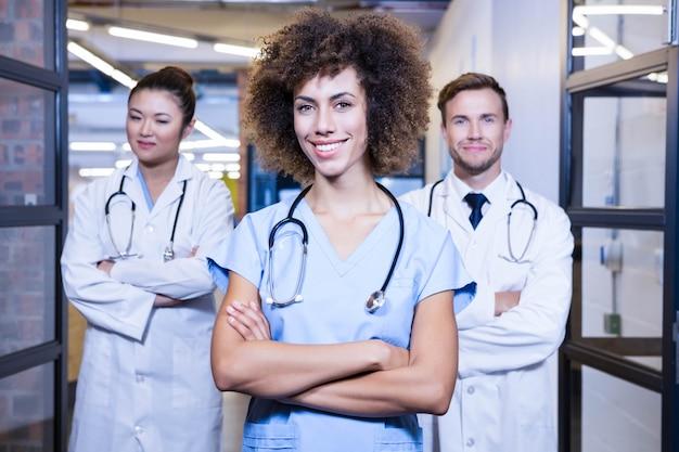 Retrato, de, equipe médica, ficar, com, braços cruzaram, em, hospitalar